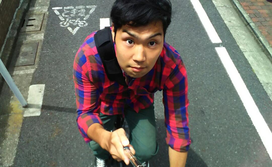 普通の自転車と違い片手運転は意外に難しいと今日改めて気づいた巨人君